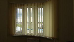 сложное окно в форме фонаря установлены вертикальные жалюзи