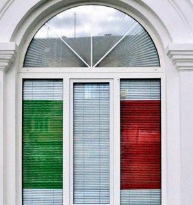 Перфорированные и цветные жалюзи в офисе в Ступино